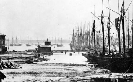 Vänersborgs stads varv vid Dyviken låg till vänster i bild. Fotografiet är taget i maj 1867, knappt ett år efter att varvet upphört. Bilden tillhör Vänersborgs söners gilles samlingar.